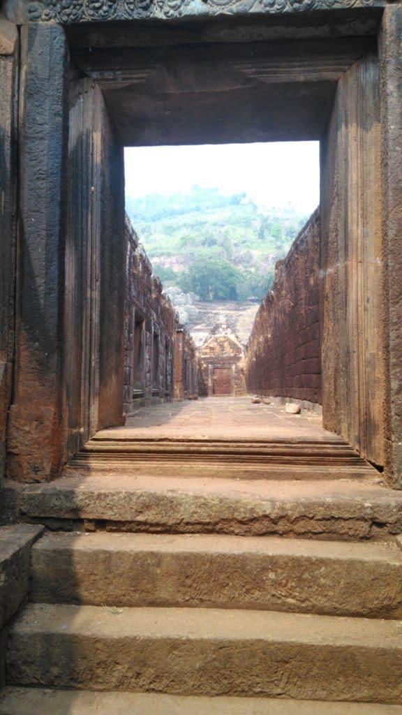 Nathalie Bazin meditation francais Laos refuge soins holistiques temple Vat Phou